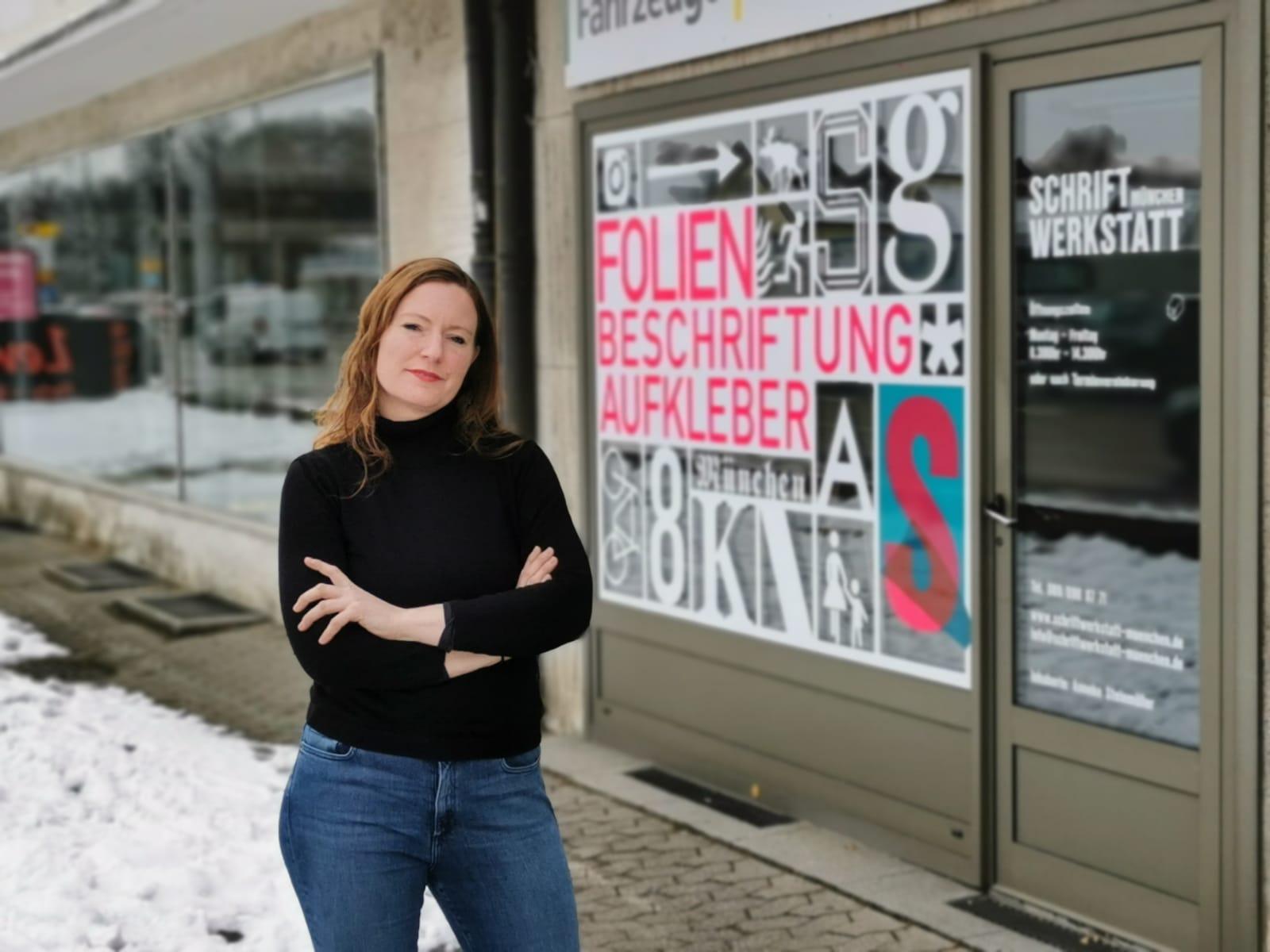 Anneke Steinmüller vor der Schriftwerkstatt